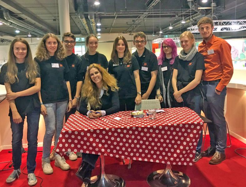 """Auch Preisträgerin Ursula Poznanski trafen die Jugendlichen auf der Buchmesse. Vor einigen Wochen ist ihr neuer Jugendroman """"Elanus"""" erschienen. (Foto: privat)"""